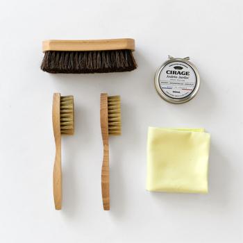 初めて道具を揃える方は、必要最低限の道具が揃ったお手入れセットからはじめてみてはいかがでしょうか?こちらのブラシは、フランスで採れる最高級のブナ材と天然の馬毛や豚毛が使われています。毎日使いたくなるような、素材にもデザインにもこだわったお洒落な道具です。