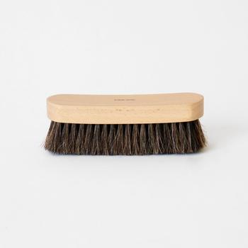 埃や汚れを落とすときに使う馬毛ブラシ。使えば使うほどクリームなどに含まれる油分が毛に馴染み、ブラッシングだけでも革に少しの栄養を与えてくれます。豚毛と比べると毛が軟らかで、表面の泥など大きな汚れを落とすのに便利です。