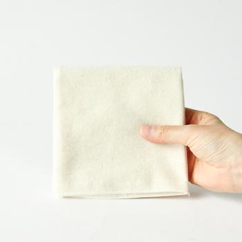 オイルやワックスを塗るときや、それらを付け過ぎたときに拭き取るために使用します。こちらのコットンネルは脱色や染色を施していないコットン100%で作られたフランネル。革にやさしいので、乾拭き時にももちろん使用できます。