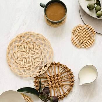 夏は涼しげに見えるのに、冬はどこかあたたかみのある佇まいを醸し出す不思議なアイテムの籐(とう)編み。こちらは自然素材ならではのやさしい雰囲気が魅力の籐編みの小皿とコースターが作れるキット。
