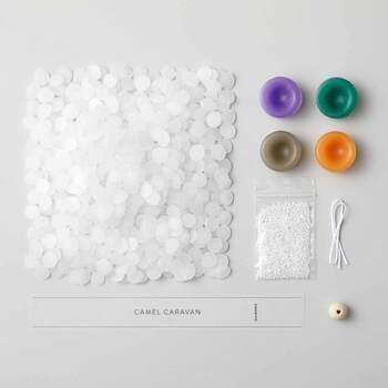 毎月1回、作り方説明書の他、キャンドルワックス2種、着色済みキャンドルワックス3~4種、ウッドビーズやひも、帯ラベルのセットが届きます。