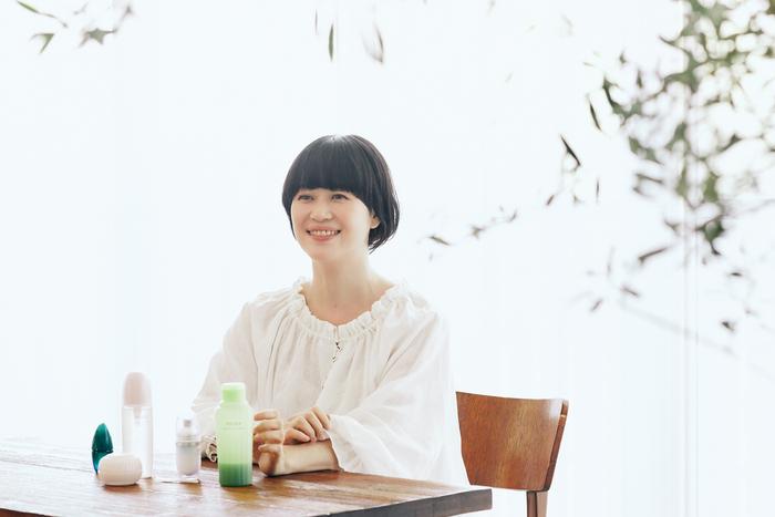 ⾼松由佳さん<プロフィール>ヘア&メイクアップアーティスト。7年間、美容師としてサロンワークを経験後、⼭本浩未氏に師事し独⽴。ナチュラルな美しさを引き出しつつ、どこかキュートな世界観のメイクとヘアアレンジで雑誌、広告等で活躍中。