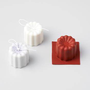 フランスの洋菓子CANELEをモチーフとした上品な佇まいのキャンドルも同じく2個作ることができます。カラーを変えて作ったり、アロマオイルで好みや季節にあわせた香りをつけるなどアレンジを加えたり、オリジナル感もたっぷりと演出できます。