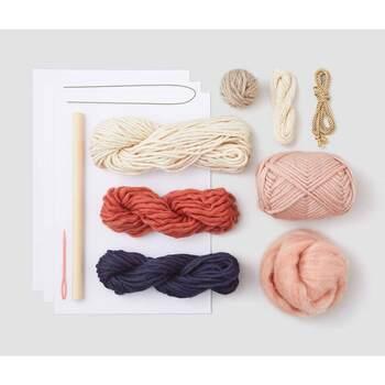セット内容は、毛100%、ポリエステル100%、綿100%などの毛糸。天然木(ケヤキ)のウッドスティック、とじ針、厚紙などの材料セットに作り方説明書と図案。
