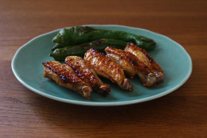 何種類もの調味料を量るメニューや、複雑な調理工程の献立を選ぶ必要はありません。シンプルな味付けでも十分美味しくいただけます。こちらのレシピは、鶏のスペアリブに塩・胡椒・一味をなじませて焼くだけ。こんがり焼いた皮と肉の旨味が存分に楽しめます。