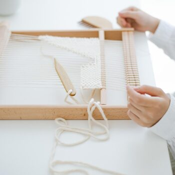 見た目もシックで趣があり、制作途中にリビングの棚に立て掛けて置いても絵になります。ウィービングタペストリー制作キットで作り方をマスターした後は、木製機織り機でオリジナルアイテムを制作。一生の趣味として楽しめます。