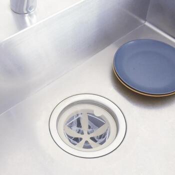 ネットをつけて排水口にセットすれば、汚れが溜まりにくい排水口に早変わり。防汚材のクリンベル(R)を配合した素材でできているので、ネットを変える時に水洗いをすればOK。食洗器にも対応しています。