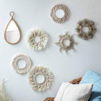 紐を結んだり編んだりしながら装飾的な模様に仕上げる技法「マクラメ」。こちらはアクリル製のリングパーツに、マクラメ糸を放射状に結んで作る初心者さんでも気軽に制作できるリースキット。