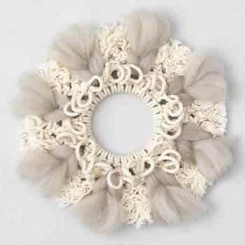 しかしこれら単純な結び方でも、組み合わせによって、様々な編み模様に変化していきます。 手持ちのミラーを接着したり、パーツを工夫すれば簡単にオリジナルアイテムに。毎月届くデザインによってはあたあかみのある羊毛でアクセントをつけるタイプもあり、寒い季節の装飾にピッタリ。