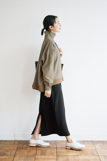 カジュアルさの中にも上品さが欲しいという人におすすめなのが、ハイネック型のスウェットです。ディテールも凝っているので、一見スウェットには見えませんし、スリットスカートに合わせれば大人っぽくきれいめな印象に。