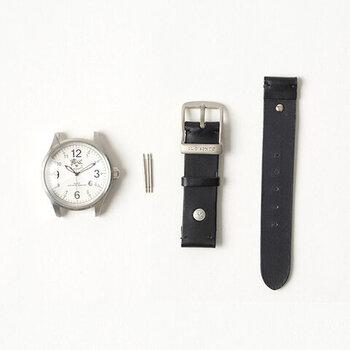 イタリア生まれの革製品のブランド「IL BISONTE(イルビゾンテ)」の「ラウンドフェイスムーブメント(時計本体)」と、オリジナルレザーを使った「リストウォッチレザーバンド」。時計本体とベルトが別売りになっているので、お手持ちのベルトや時計と組み合わせても使えます。