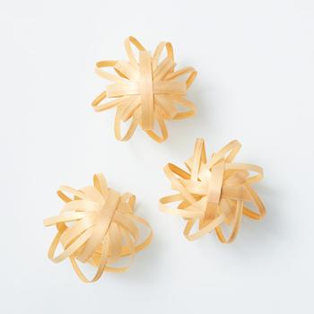 マツとヒノキを薄くスライスした経木を曲げたり編んだりし、木工用接着剤で固定していくだけと、作り方もシンプル。仕上がりサイズはデザインによって異なりますが、 直径8~24cmほど。デザインによっては複数個作ることもできます。