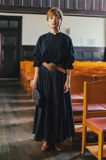 コンパクトな丈感なので、ワイドパンツやロングスカートなどボリュームのあるボトムスと好相性。同シリーズのコットン素材を使ったフレアースカートを合わせて、セットアップ風に着こなすのもおすすめです。