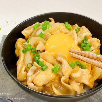 がっつり食べたい気分のときには、生姜焼き丼はいかがでしょうか? 覚えやすい調味料で簡単に作れます。お肉は片栗粉でコーティングするので、タレや卵と絶妙に絡みます。