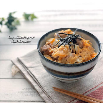 ふわふわ親子丼はレンジ加熱でコツ要らず!麺つゆを使えば味付けも安心です。お鍋でできる料理でも、キッチンに立つのがしんどいときなどはレンジ活用が◎
