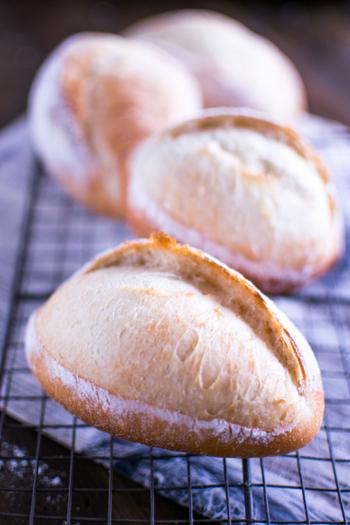 """フランスパンに入っている切れ目のことを""""クープ""""と呼びますが、そのクープが1本だけ入ったフランスパンが「クッペ」です。小型でかわいいフランスパン。"""