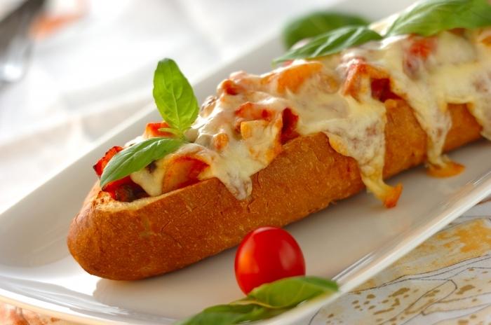 バゲットを丸々1本使って、おしゃれなピザを作ってみましょう! ブロックベーコンやじゃがいも、シメジなどを使った食べ応え抜群の一品です。こんがり焼き色の付いたチーズが食欲をそそります。