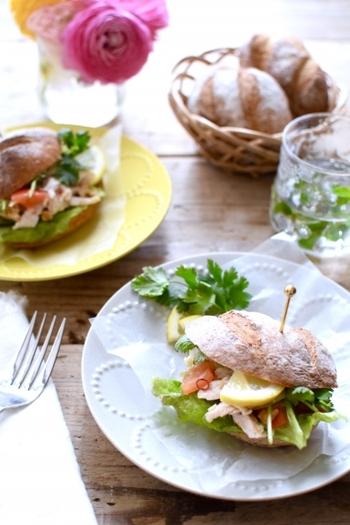 ソフトフランスパンにエスニックなチキンサラダをサンド。もっちり柔らかなソフトフランスを、ハンバーガーのように横に切って作ります。パクチーとレモンを添えることで、ぐっと本格的な味わいに。
