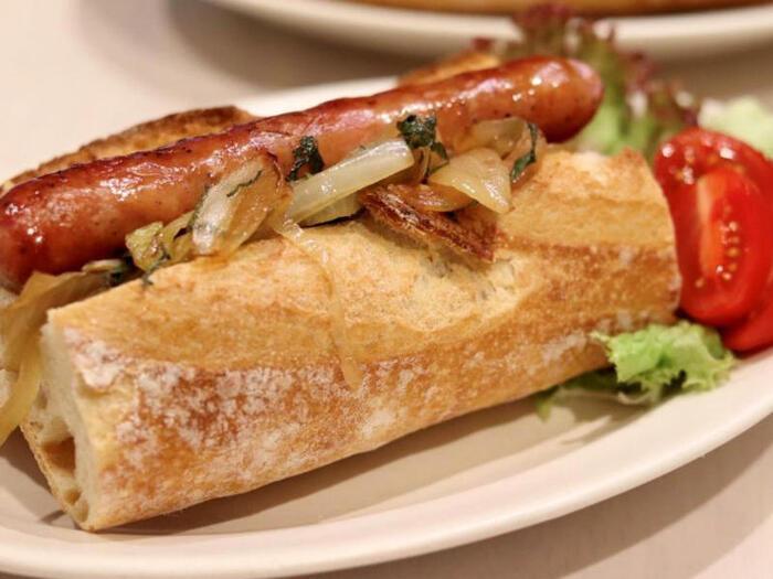 定番のホットドッグ。調味料はケチャップだけなのに、フランスパンで作れば一気にカフェ風な味わいに! じっくり炒めた玉ねぎに大葉を和えることで、おいしさが格段にUPします♪