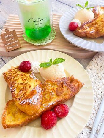 バゲットを牛乳と卵にひたして作る、カリカリふわふわなフレンチトースト。生クリームを使っていないので、普段冷蔵庫にある材料で作れます。お好みでバニラアイスを添えたり粉砂糖をかければ、もうお店の味!