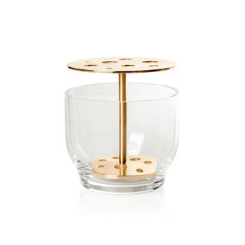 不思議な穴が複数あいている謎の容器。じつはこれ、生け花をヒントに作られた花瓶なんです。生け花で使う剣山のように、茎を穴に通して固定できるユニークな仕様。