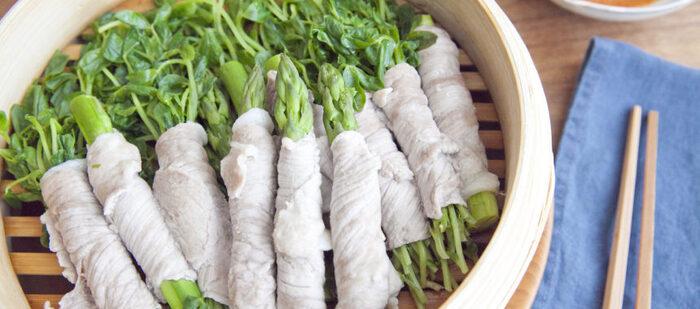 価格もリーズナブルな豆苗や、栄養豊富なアスパラを豚肉で巻いてせいろで蒸します。肉のうまみを野菜が吸って、余分な脂も落ちるからヘルシー。ピリ辛ごまだれとも好相性です。