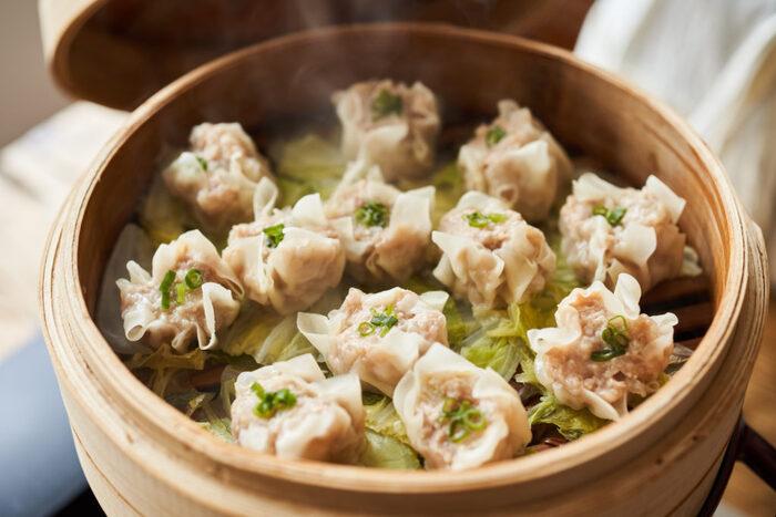 焼売は、せいろ料理の代表格。包み方も餃子より簡単で、しかもせいろを使うと見た目が豪華。白菜などを敷いて蒸すのもおすすめです。
