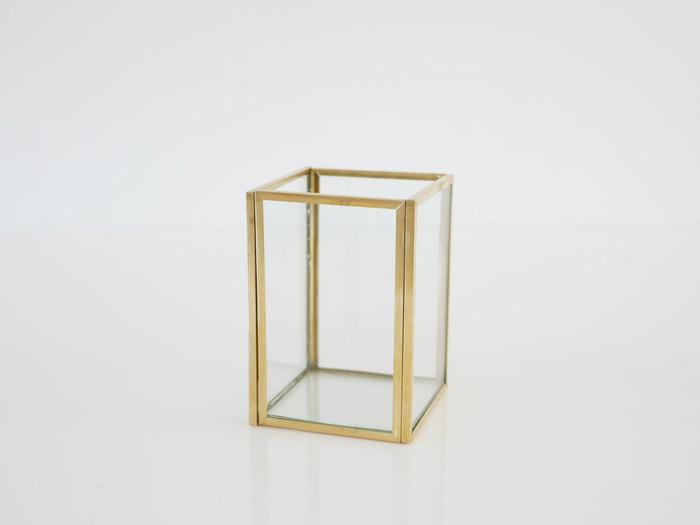 真鍮とガラスの組み合わせが、アンティークな雰囲気を演出してくれる花瓶。サイズ、フォルムの種類が充実しているため、複数ならべればアート作品のように見せることもできます。