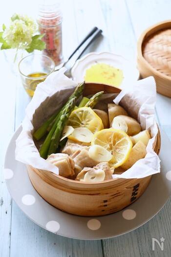 鶏肉とじゃがいも・アスパラなどをせいろ蒸しに。レモンとにんにく風味がポイント。冷蔵庫にある材料で、簡単におもてなしにもぴったりの料理ができます。