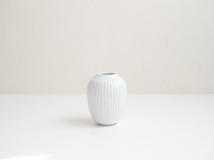 北欧・デンマークの陶磁器ブランド「KAHLER」の花瓶。コロンとした佇まいと、飽きのこないシンプルなデザインが魅力です。