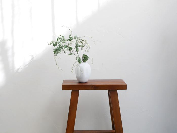 職人さんの手でひとつずつ作られているため、どこか温もりが感じられる1品。北欧テイストはもちろんのこと、どんなお部屋にもなじみやすいデザインのため、好きな場所で《小さなお花》を楽しむことができます。