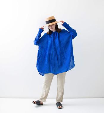 リネン100%の素材で、ボリュームたっぷりに仕上げた長袖チュニック。程よい透け感のある素材なので、レイヤードコーデにもぴったりです。サトウキビの搾りかすとユリア樹脂から作られたボタンを採用し、自然環境にも配慮されています。カラーはブルー、ブラック、ブラック×ホワイト、ブルー×ホワイトの4色展開。