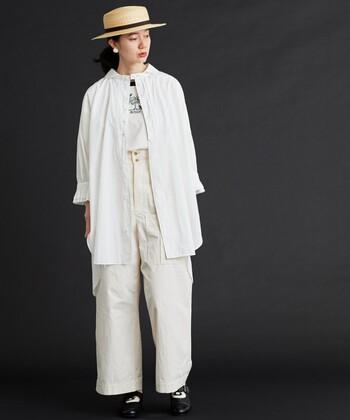 チュニックシャツは、前を開けて羽織りとして活用するのもおすすめです。淡いベージュや白でまとめたワントーンコーデは、ナチュラルながらもしっかりトレンドを押さえた着こなしに。足元は白と黒のマニッシュシューズで、クラシックな雰囲気にまとめています。