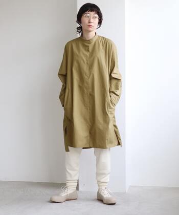 カーキカラーのチュニックシャツに、白のパンツを合わせたコーディネート。控えめな印象のカーキカラーに白やベージュを合わせることで、メンズライクなナチュラルコーデにまとめています。レギンスやあえてスカートを合わせるなど、ボトムス次第で雰囲気がガラリと変わる着こなしですね。