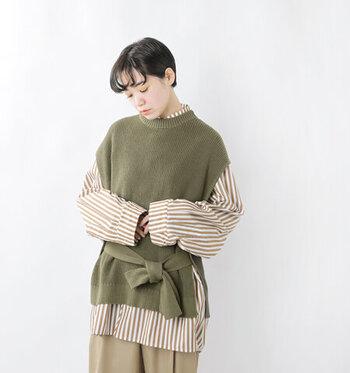 コットンを編み立てた、畦編みのニットベストです。ウエストには太めのリボンをあしらい、結び方でシルエットに変化を与えられるデザインになっています。垂らすとちょっぴりモードな雰囲気に、前で結べばフェミニンで愛らしい印象になりますよ。カラーはスモーキーカーキ、モカ、ブラックの3色展開です。