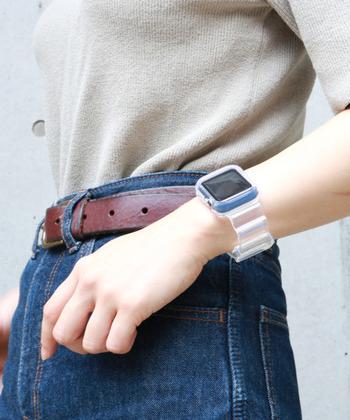 保護ケースと一体となった、クリアが印象的なApple Watchバンド。タフで水にも強いTPU製で、Apple Watchをしっかりと守ってくれます。クリアなネオンカラーもあり、スポーティーカジュアルなスタイリングにもおすすめ。