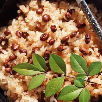 小豆は洗って3分ほど茹でますが、茹で汁はそのあと糯米(もち米)に加えて蒸しますので捨てないようにしましょう。こちらのレシピでは糯米のみ使用していますが、白米とブレンドするのもいいようですね。
