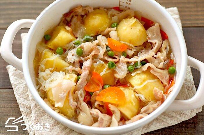 いつもの肉じゃがを、白だしベースであっさりと塩味仕立てに。煮込んだあとで一度冷ますと、味がしっかりしみ込みます。