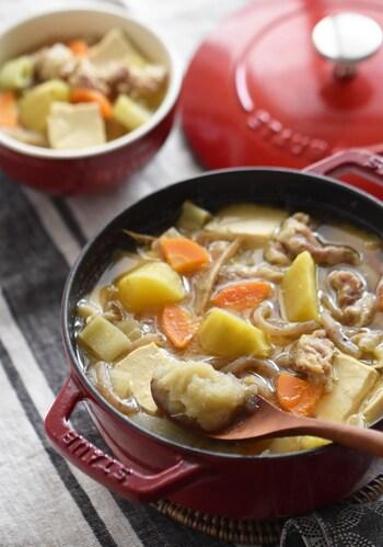 肌寒い季節になると食べたくなる、さつまいもの甘さと豚肉のうまみ、お味噌のコクがたまらない豚汁。すりおろししょうがを加えるのが風味の決めてです。