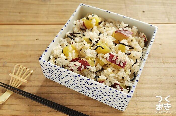 さつまいもの甘味と、ほんのり塩気のきいただしが相性ぴったりのさつまいもごはん。ひじきの食感もアクセントに。もち米を加えるとおこわ風に仕上がりますよ。