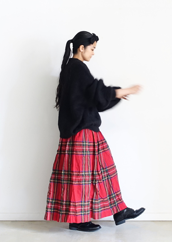 取り入れるだけで、スタイルのあるワンツーコーデに仕上げてくれるロングスカート。重たくなりがちなボリュームのある黒のニットも華やかな印象に仕立ててくれます。