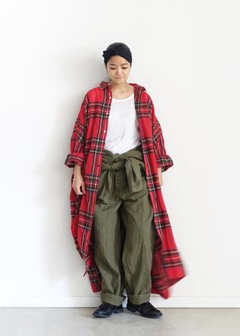 ふんわりしたガーゼ織りのウールタータンは、ぬくもりを感じつつも軽い着心地です。本格的なアウターの出番がくるまでは、軽い羽織としても大活躍。ヴィンテージライクなレッドは、ミリタリーアイテムとも相性よく決まります。