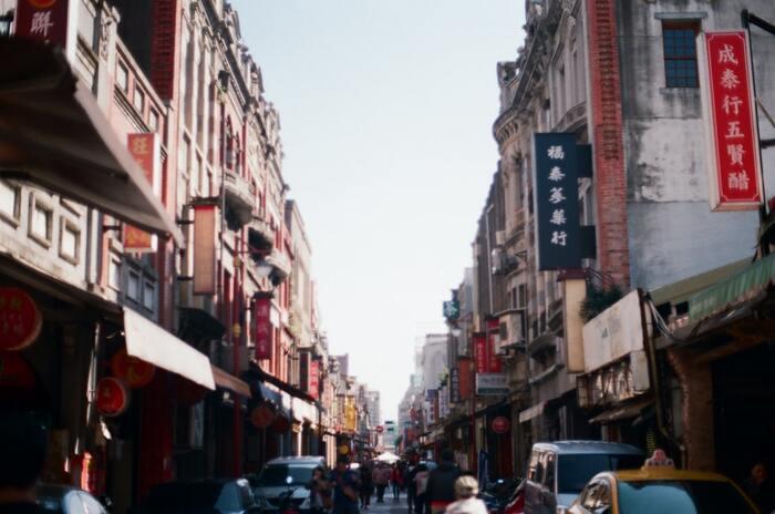 夜市に続いて外せないのが台北最大の商店街である「迪化街」。台北の都会的な雰囲気から一転し、台湾らしいノスタルジックな通りが続きます。