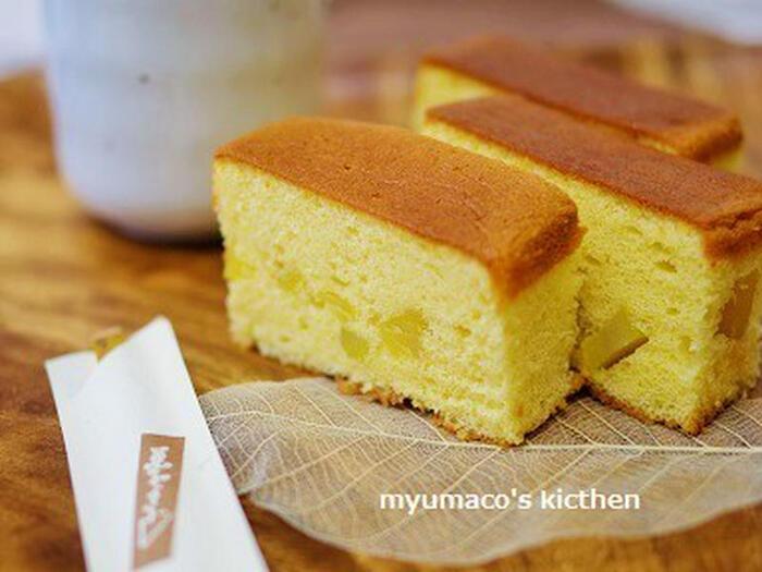 パウンドケーキ型を使って手作りのカステラが作れちゃうレシピです。表面の焼き加減もこんがりしていて食欲をそそりますね。こちらの栗のバージョンは、生地を型に入れるときに栗の甘露煮を加えるだけで出来上がり♪お手軽です。