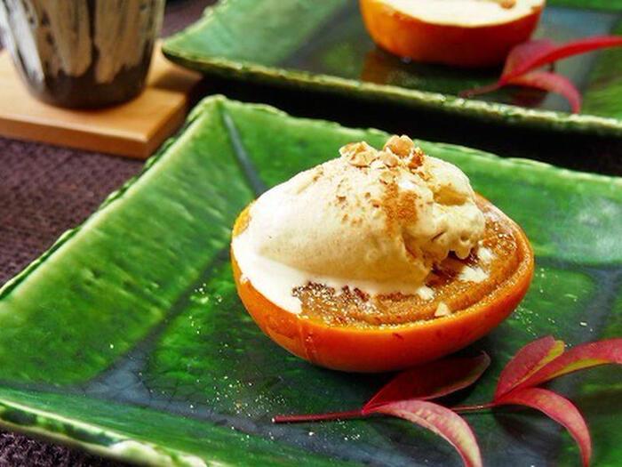 柿は焼くだけでお菓子になってしまうことも♪柿に、グラニュー糖やシナモンを振って、オーブンでじっくり焼いて作るレシピです。トッピングの手作りきな粉アイスやナッツとのハーモニーがとってもおしゃれな一品。
