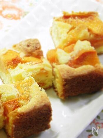 スクエア型でまとめて焼いて、好きな大きさに切って食べられる柿のケーキです。一口サイズにもできるので、ちょこっと食べたいときにもぴったり。柿はカットしてケーキ生地の上にのせて焼くだけなので、作り方も簡単ですよ♪