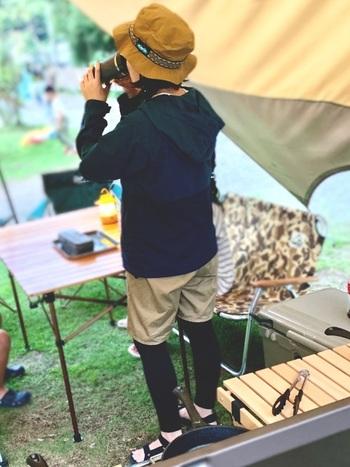 ハーフパンツはレギンスをプラスすれば秋でもOK!ネイビー×ベージュのベーシックカラーで、カジュアルながら落ち着いた大人の雰囲気に。