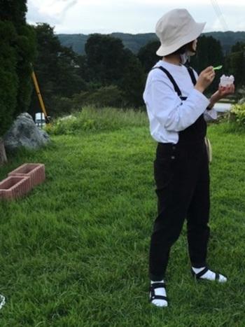 大人可愛く着られるオーバーオール。スポーツサンダルは、足元の冷えや虫刺され防止のためにソックスをプラス。