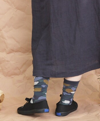 アーティスティックな柄も、シンプルなシューズならすんなりなじんでデイリー仕様に。さらに靴下とトップスやボトム、ワンピースなどの色をリンクさせれば、遊び心に好転します。