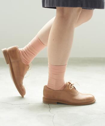 レザーの光沢感は高級感のあるルックスを後押しする一方、ときには邪魔になることも。そんなときは肌と近しいヌーディーな色の靴下で、足元から視線をそらすのがおすすめです。